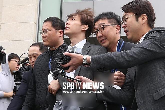 Park Yoochun bi cong tay, troi bang day thung khi roi toa an hinh anh 5