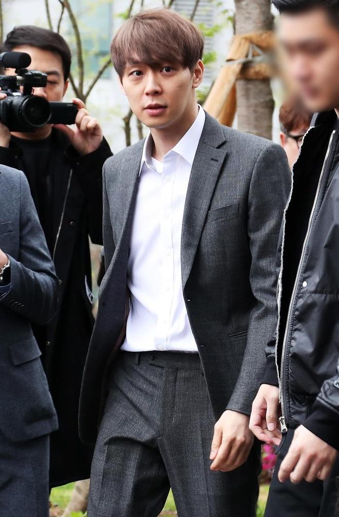 Park Yoochun bi cong tay, troi bang day thung khi roi toa an hinh anh 6