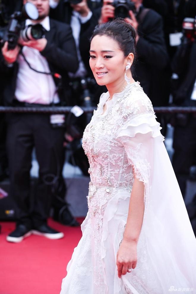 LHP Cannes lần thứ 72 chứng kiến 21 phim tham gia tranh giải Cành cọ vàng. Củng Lợi tiếp tục là ngôi sao Trung Quốc được truyền thông quốc tế săn đón. QQ cho hay nữ diễn viên thực sự tỏa sáng trong 2 phút xuất hiện. Thảm đỏ Cannes còn tạo khoảng trống để Củng Lợi có thể tạo dáng ở mọi góc độ.