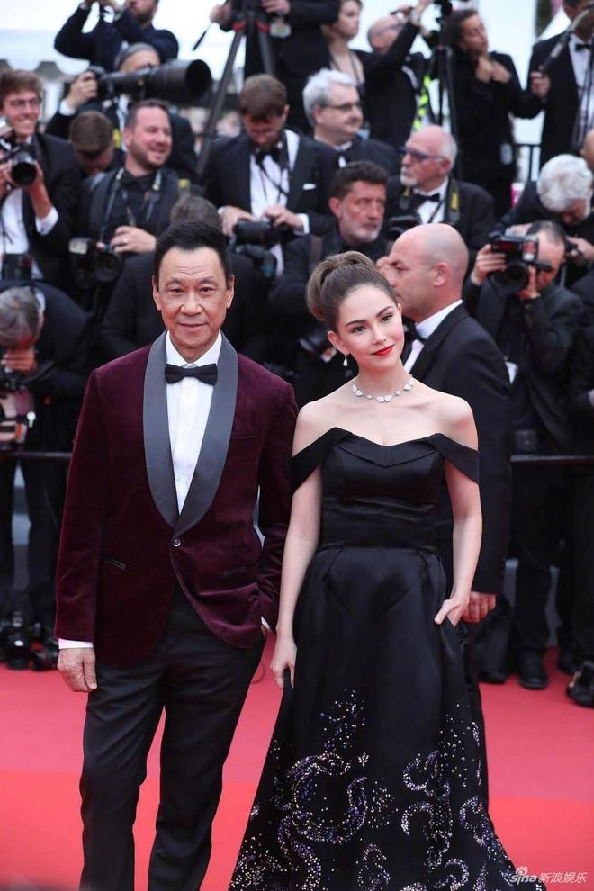 Côn Lăng bên diễn viên Vương Học Kỳ trên thảm đỏ Cannes. Đây là lần đầu tiên nữ diễn viên Côn Lăng xuất hiện tại thảm đỏ một liên hoan phim quốc tế. Sau khi kết hôn với Châu Kiệt Luân, Côn Lăng dành nhiều thời gian chăm sóc gia đình.