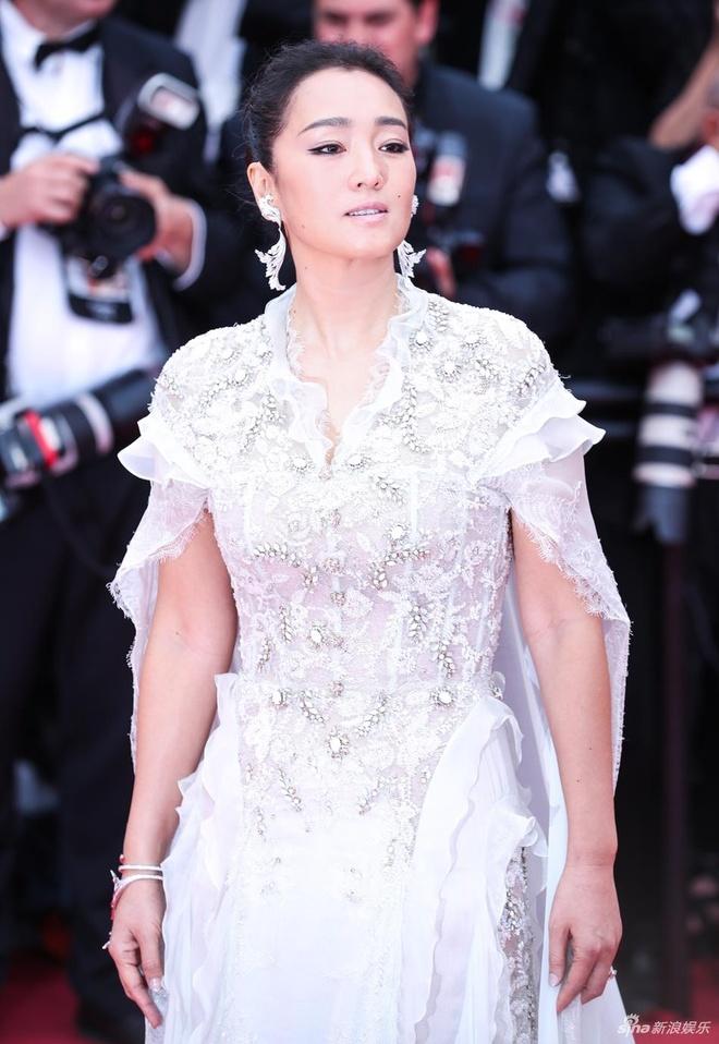 Minh tinh Củng Lợi diện thiết kế của Ralph & Russo. Những năm qua, cô là gương mặt nổi bật của điện ảnh châu Á tại các kỳ LHP Cannes.