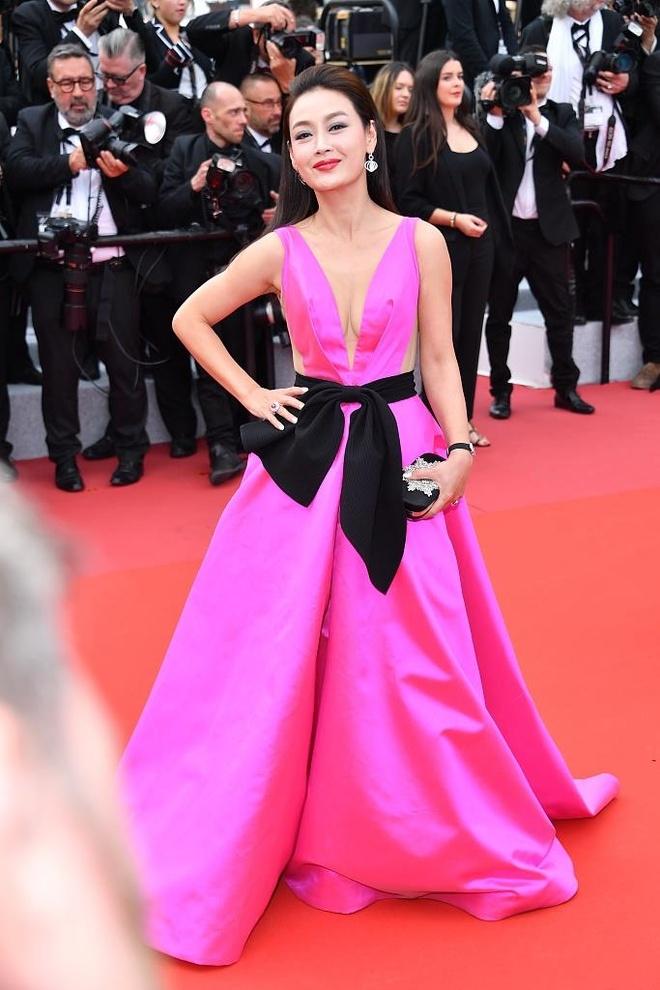 Theo báo chí Trung Quốc, nhiều nghệ sĩ nước này tới Cannes theo lời mời các nhãn hàng. Đây là lý do không ít gương mặt lạ lẫm xuất hiện trên thảm đỏ. Họ được giới thiệu là nghệ sĩ Trung Quốc dù không có danh tiếng ở quê nhà.