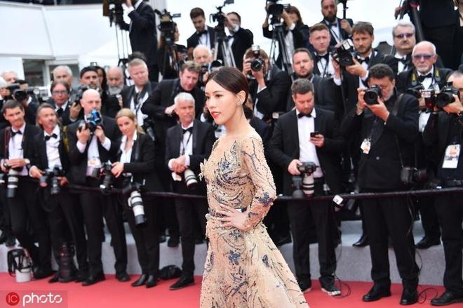 """Tối 14/5 (theo giờ địa phương), thảm đỏ lễ khai mạc LHP Cannes được tổ chức tại Cannes (Pháp). Nữ diễn Diên Hi công lược Thi Dư Phi gây bất ngờ khi có mặt trên thảm đỏ khai mạc. Các trang mạng quốc tế gọi cô là """"ngôi sao tới từ Trung Quốc"""". Trong khi đó, nữ nghệ sĩ này là cái tên mờ nhạt tại showbiz. Theo Sina, Thi Dư Phi là nghệ sĩ khiến khán giả quê nhà xấu hổ khi chây ì trên thảm đỏ."""