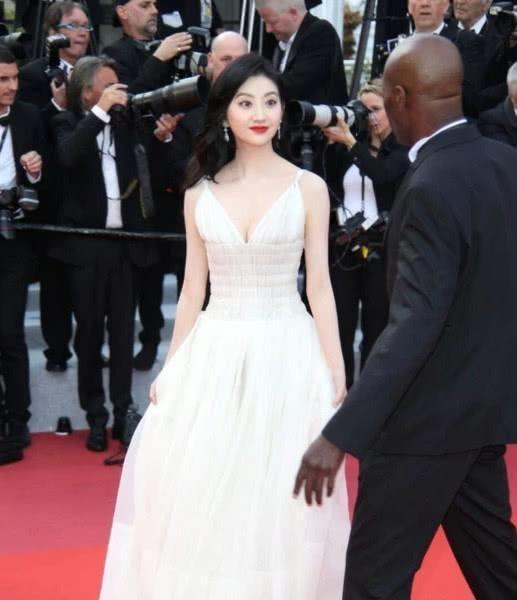 Canh Diem xau ho khi lien tuc bi yeu cau roi khoi tham do Cannes hinh anh 4