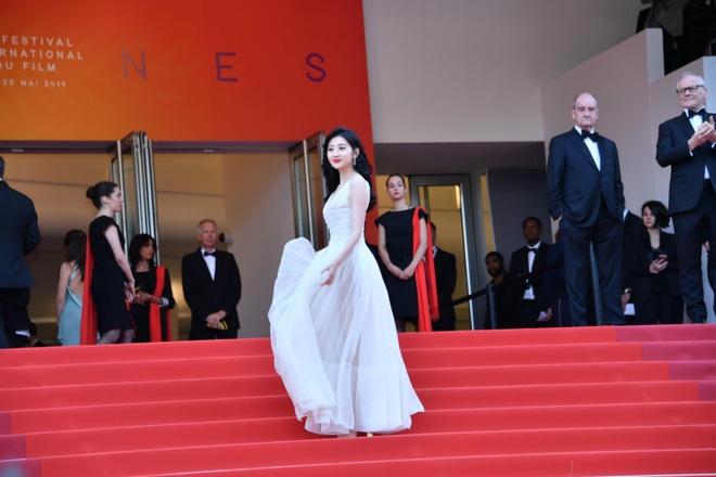 Canh Diem xau ho khi lien tuc bi yeu cau roi khoi tham do Cannes hinh anh 8