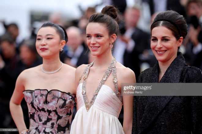 Nguoi mau 19 tuoi lo vong mot, khoe vong ba o LHP Cannes ngay cuoi hinh anh 9