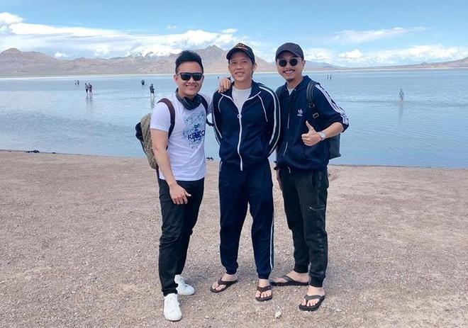 Con trai nghệ sĩ Hoài Linh tiết lộ họ đáp máy bay tới Salt Lake từ hôm 26/5. Cùng đi với cha con anh còn có diễn viên Hứa Minh Đạt.