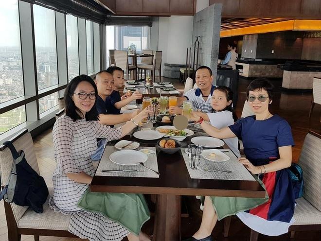 MC Lại Văn Sâm đăng ảnh bên vợ con trong dịp sinh nhật 62 tuổi