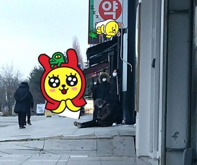 Cu gia Han Quoc ngu guc tren via he khi xep hang mua khau trang hinh anh 5 unnamed_6.jpg