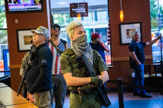 Hinh anh nguoi bieu tinh deo bazooka mua do an nhanh gay bao mang hinh anh 2 armed_demonstrators_in_carolina_scaled.jpg