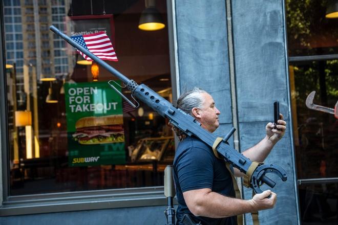 Hinh anh nguoi bieu tinh deo bazooka mua do an nhanh gay bao mang hinh anh 3 protesters_with_heavy_military_arms_at_subway_in_carolina_scaled.jpg