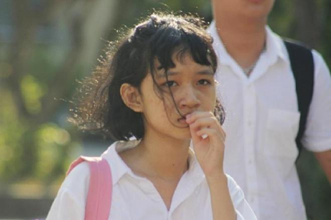 Thi sinh Quang Binh quy goi, khoc nuc no vi khong biet thi lai Ngu van hinh anh 2