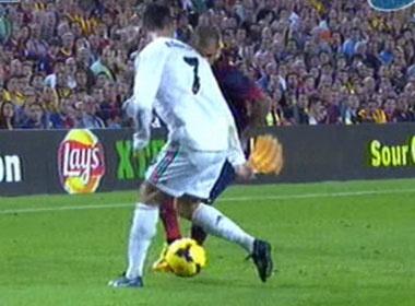 Alves tinh quai 'xau kim' Ronaldo hinh anh