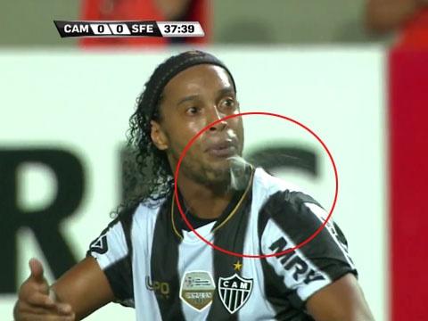 Hinh anh phun mua xau xi cua Ronaldinho hinh anh