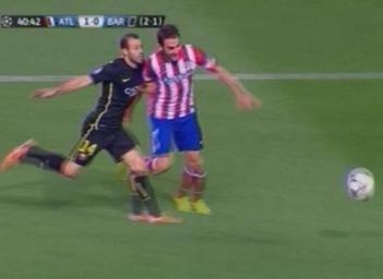 Barca bi da vang khoi Champions League du trong tai uu ai hinh anh 1 Phút 42, Mascherano phạm lỗi với Adrian. Ảnh Mundo Deportivo