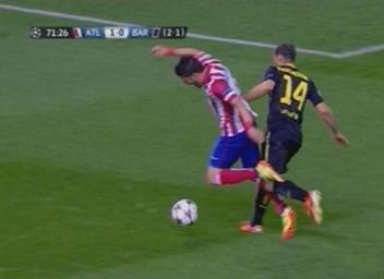 Barca bi da vang khoi Champions League du trong tai uu ai hinh anh 3 Phút 72, lại là Mascherano cản phá trái phép Villa. Ảnh Mundo Deportivo