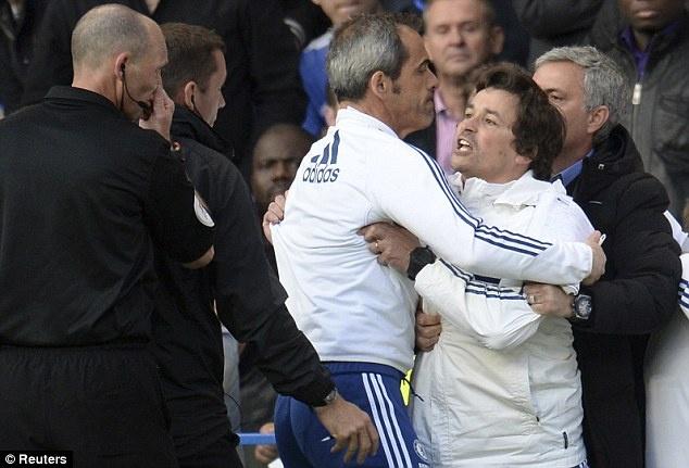 Tro ly cua Mourinho noi dien voi trong tai Mike Dean hinh anh
