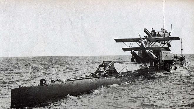 Nhung tau ngam doc dao nhung chet yeu hinh anh 4 HMS M2 là chiếc tàu ngầm sân bay đầu tiên trên thế giới được chuyển đổi từ tàu ngầm pháo hạm dự án M. Ảnh Wikipedia