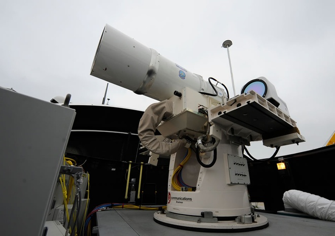 Bên cạnh vũ khí laser