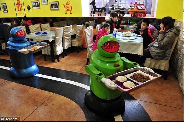 Robot lam nhan vien nha hang o Trung Quoc hinh anh 2 Robot bồi bàn dọn di chuyển theo các đường vẽ trên sàn nhà, mang thức ăn do robot đầu bếp chuẩn bị dọn ra bàn.