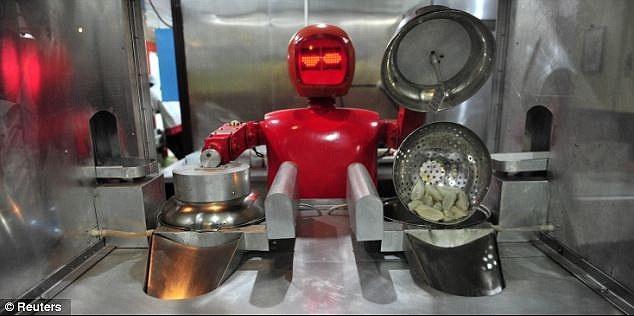 Robot lam nhan vien nha hang o Trung Quoc hinh anh 5 Một nhà hàng ở thành phố Cáp Nhĩ Tân, tỉnh Hắc Long Giang cũng sử dụng robot hấp bánh bao và nấu phở, phục vụ khách hàng. Ảnh: Reuters