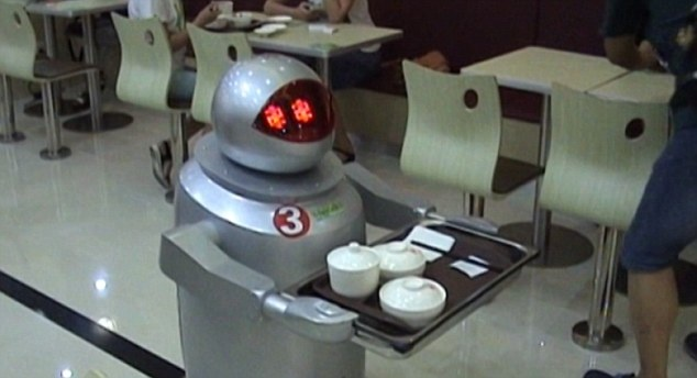 Robot lam nhan vien nha hang o Trung Quoc hinh anh 1 15 robot trong một nhà hàng mới mở ở tỉnh Giang Tô, Trung Quốc không chỉ dọn thức ăn ra bản mà còn hỗ trợ nhà bếp nấu ăn và nói chuyện với khách hàng.