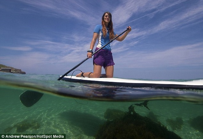 Hinh anh phan tach tren va duoi mat nuoc hinh anh 4 Trong khi chờ đợi để chụp các sinh vật biển, nhà sinh học biển đã ghi lại hình ảnh một mái chèo lướt sóng ở vùng duyên hải Sennen Cove, hạt Cornwall.