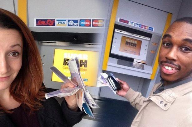 May ATM tang tien cho nguoi qua duong hinh anh