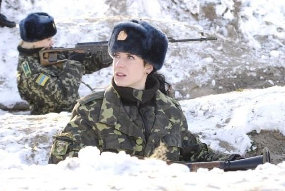 Nu chien binh Ukraine van lam dep khi xung tran hinh anh