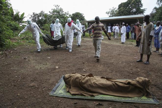 Thieu tui dung xac, nguy co lay lan Ebola tang cao o Liberia hinh anh