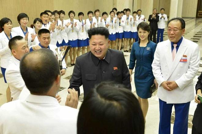 Kim Jong Un Lan Dau Xuat Hien Cung Vo Sau Gan 50 Ngay Hinh Anh 1