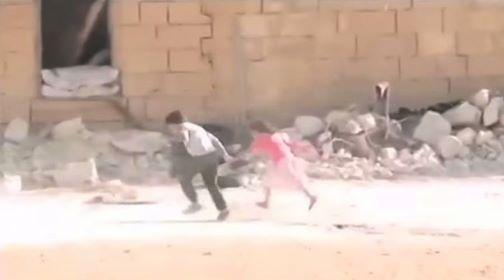 Be trai Syria gia chet giua lan dan de cuu nguoi hinh anh