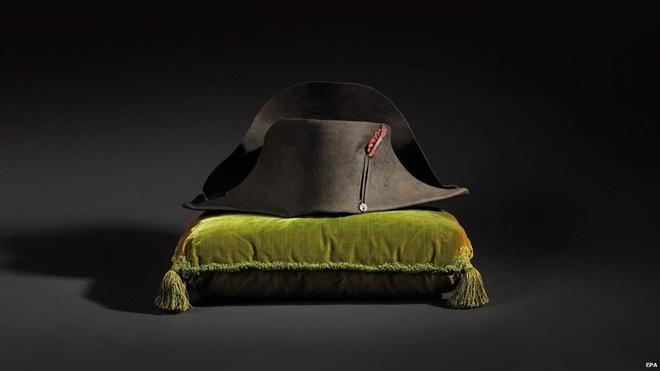 Bộ sưu tập đồ dùng của Napoleon thuộc sở hữu của Hoàng gia Mocano. Cuối tuần này, họ sẽ tổ chức bán đấu giá chúng. Đây là một phần trong kế hoạch khôi phục lại cung điện hoàng gia. Chiếc mũ không được sử dụng từ khi nó trở thành quà tặng dành cho bác sĩ thú y của Napoleon.
