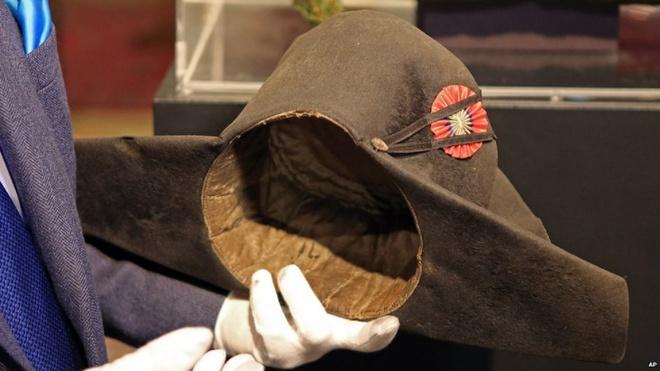 Napoleon nổi tiếng với những chiếc mũ hai mũi. Hiện nay, người ta còn lưu giữ 19 chiếc. Napoleon từng đội chiếc mũ trên trong trận Marengo tại Ý vào năm 1800. Nó thuộc bộ sưu tập của Louis II, Hoàng tử Mocano. Theo lời Hoàng tử Albert, ông rất ngưỡng mộ danh tướng Pháp.