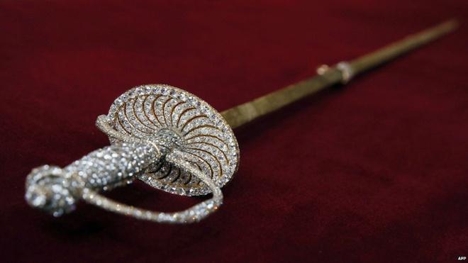 Thanh kiếm nạm kim cương là một phần trong bộ sưu tập mà Hoàng tộc Grimaldi sẽ bán đấu giá cuối tuần này. Hoàng gia Mocano bán chúng để lấy không gian làm bảo tàng riêng cho Công nương Grace, mẹ của Hoàng tử Albert, người qua đời năm 1982. Người ta chưa xác định giá của thanh kiếm. Tuy nhiên, năm 2007, một thanh kiếm tương tự có giá 4,8 triệu euro.