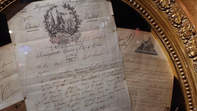 """Hoang gia Monaco ban dau gia hien vat cua Napoleon hinh anh 5 Hai bức thư viết tay của danh tướng Pháp cũng nằm trong bộ sưu tập bán đấu giá. Chuyên gia nghệ thuật Jean-Claude Dey, người đã nghiên cứu về bộ sưu tập trong 13 năm qua, cho biết tất cả hiện vật đều là """"vật kỷ niệm thuộc về Đế chế Thứ nhất, Napoleon, những bạn bè, người thân quen, các vị nguyên soái và tướng lĩnh của ông""""."""