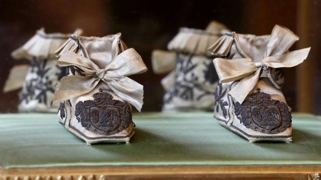Hoang gia Monaco ban dau gia hien vat cua Napoleon hinh anh 7 Hoàng gia Mocano bảo quản các hiện vật riêng tư như đôi dép đi trong nhà của Napoleon II rất tốt. Ví thêu của Josephine, một hiện vật khác nằm trong bộ sưu tập, có giá 2.000 euro. Mặc dù khách hàng chính của buổi bán đấu giá là các nhà sưu tập tư nhân và bảo tàng, những vật phẩm như lọ thuốc súng có thể sẽ phù hợp với những người xem thông thường.