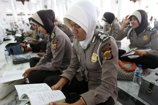 Thu tuc kiem tra trinh tiet nu ung vien canh sat o Indonesia hinh anh 1 Các cảnh sát nữ Indonesia cầu nguyện trong một thánh đường. Ảnh: Wall Street Journal