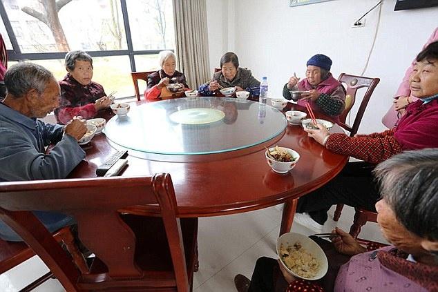 Trieu phu TQ xay biet thu, can ho mien phi cho ca lang hinh anh 3 Tỷ phú 54 tuổi còn cam kết rằng ông sẽ cung cấp đủ 3 bữa ăn mỗi ngày cho tất cả người già và người nghèo trong làng.