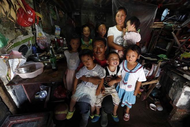 Cuoc song khong thit cua gia dinh 9 nguoi o Trung Quoc hinh anh 1 10 năm trước, Yang Hongjiang, 47 tuổi, ly hôn vợ cũ và tái hôn với Yue Huimin. Họ có với nhau 6 đứa con cùng với cô con gái riêng của Yue.
