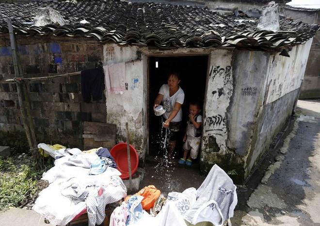 Cuoc song khong thit cua gia dinh 9 nguoi o Trung Quoc hinh anh 2 Họ thuê một căn phòng rộng chưa đến 20 mét vuông. Hàng ngày, Yue phụ trách công việc nội trợ và cần tối thiểu 2.000 nhân dân tệ (gần 7 triệu đồng) để trang trải chi phí thức ăn cho cả gia đình. Trong khi đó, Yang, người lao động duy nhất trong nhà, chỉ kiếm được 3.000 đến 4.000 nhân dân tệ.