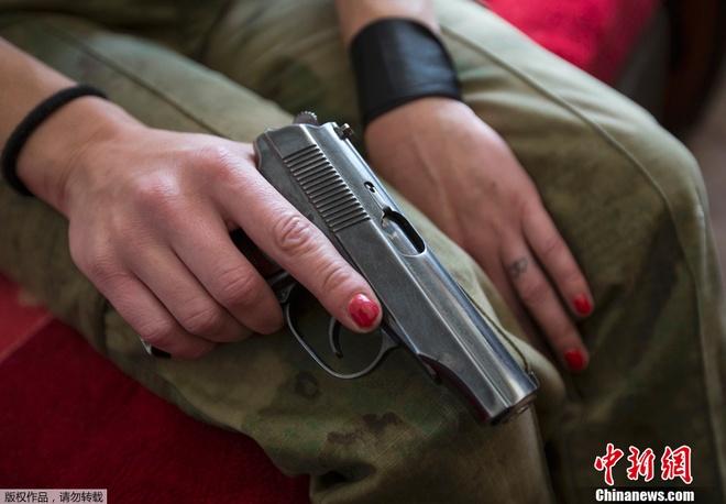 Một nữ quân nhân Ukraine với khẩu súng lục