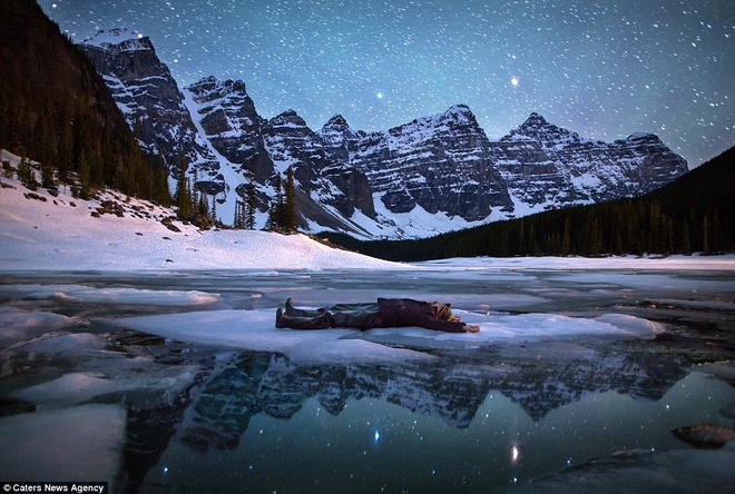 Canh dep nhu tranh tren trai dat trong loat anh tu suong hinh anh 1 Paul Zizka, một nhiếp ảnh gia người Canada 35 tuổi, quyết định thực hiện bộ ảnh tự sướng cùng thiên nhiên. Anh chụp ảnh trên tại hồ Moraine trong Vườn Quốc gia Banff, tỉnh Alberta, Canada.