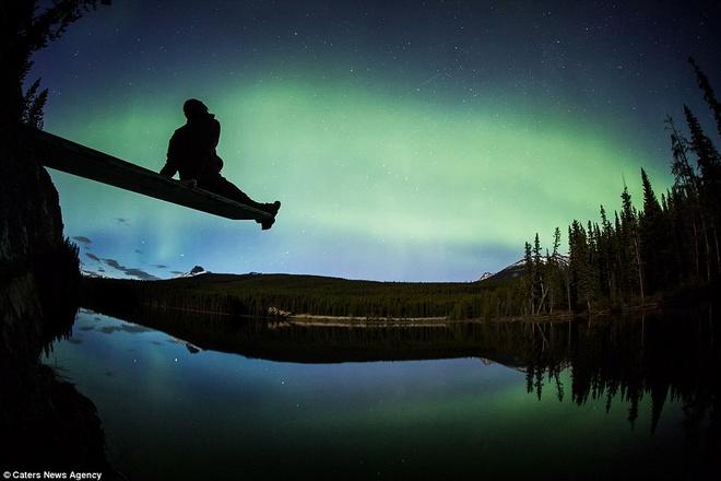Canh dep nhu tranh tren trai dat trong loat anh tu suong hinh anh 3 Tác phẩm mới nhất của Paul Zizka bao gồm bức ảnh Cực quang tuyệt đẹp trên hồ Herbert trong Vườn Quốc gia Banff, tỉnh Alberta, Canada.
