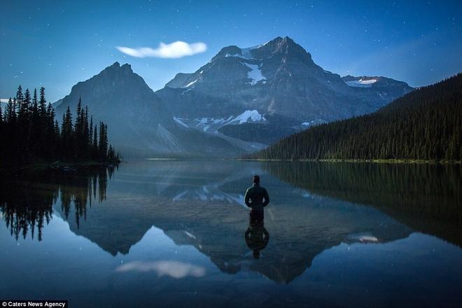 Canh dep nhu tranh tren trai dat trong loat anh tu suong hinh anh 4 Để thực hiện bộ ảnh, nhiếp ảnh gia đã đi đến nhiều nơi trên thế giới. Vườn Quốc gia Banff tại quê nhà là địa điểm yêu thích của anh. Anh chụp bức ảnh trên tại hồ Shadow.