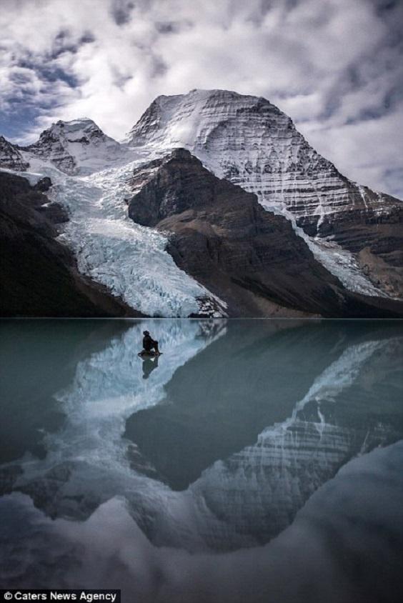 Canh dep nhu tranh tren trai dat trong loat anh tu suong hinh anh 5 Paul Zizka chụp ảnh trên hồ Berg thuộc Khu Bảo tồn núi Robson trong một chuyến đi đến tỉnh British Columbia, Canada.
