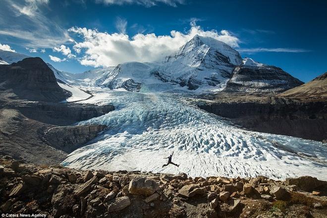 """Canh dep nhu tranh tren trai dat trong loat anh tu suong hinh anh 7 Paul Zizka xuất hiện trên đường mòn Snowbird trong Khu bảo tồn núi Robson. Anh cho biết: """"Tôi thấy rằng đôi khi cho thêm hình ảnh con người vào bức ảnh sẽ giúp chuyển tải những câu chuyện khác nhau""""."""