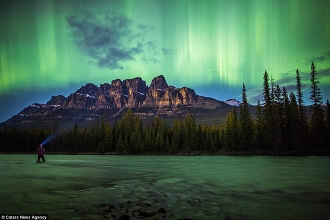 Canh dep nhu tranh tren trai dat trong loat anh tu suong hinh anh 12 Paul đứng trong làn sương mù màu xanh lá cây trên núi Castle thuộc Vườn Quốc gia Banff, tỉnh Alberta, Canada.