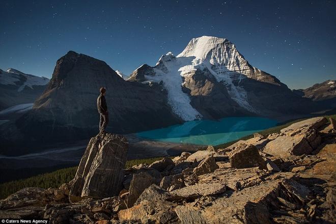 Canh dep nhu tranh tren trai dat trong loat anh tu suong hinh anh 13 Nhiếp ảnh gia đang thưởng thức vẻ đẹp của hồ Berg trong Khu Bảo tồn núi Robson, tỉnh British Columbia, Canada.