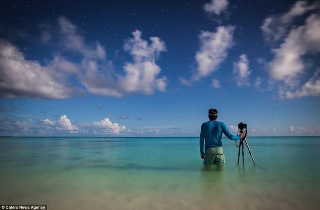 Canh dep nhu tranh tren trai dat trong loat anh tu suong hinh anh 14 Paul Zizka tự sướng trên đảo san hô Tikehau ở vùng Polynesia thuộc Pháp. Việc anh thay đổi ý định ban đầu, để bản thân xuất hiện trong các bức ảnh đã đem lại vẻ đẹp hoàn toàn khác lạ cho bộ ảnh,